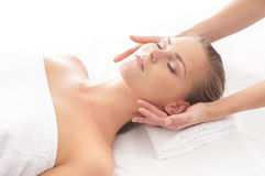 Portret młoda kobieta kłaść na masażu Zdjęcia Stock