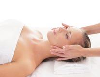 Portret młoda kobieta kłaść na masażu Obraz Stock