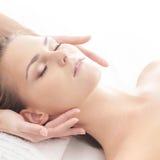 Portret młoda kobieta na masaż procedurze Zdjęcia Stock