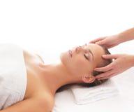 Portret młoda kobieta na masaż procedurze Fotografia Stock