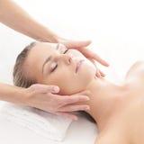 Portret młoda kobieta na masaż procedurze Zdjęcia Royalty Free