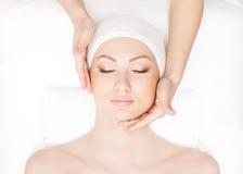 Portret młoda kobieta na masażu procedurze Zdjęcia Stock