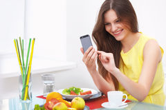 Portret młoda kobieta Opowiada na telefonie komórkowym w domu Zdjęcia Stock