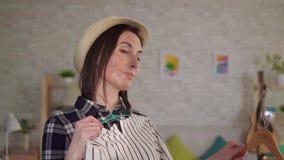 Portret młoda kobieta próbuje na z oparzenie blizną na jej twarzy odziewa przed lustrem zbiory wideo