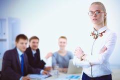 Portret młoda kobieta pracuje przy biurową pozycją z falcówką Portret młoda kobieta kobieta jednostek gospodarczych Fotografia Stock