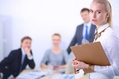 Portret młoda kobieta pracuje przy biurową pozycją z falcówką Portret młoda kobieta kobieta jednostek gospodarczych Zdjęcie Royalty Free