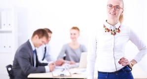 Portret młoda kobieta pracuje przy biurową pozycją z falcówką Portret młoda kobieta kobieta jednostek gospodarczych Zdjęcia Royalty Free