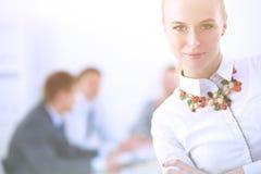 Portret młoda kobieta pracuje przy biurową pozycją z falcówką Portret młoda kobieta kobieta jednostek gospodarczych Obrazy Stock