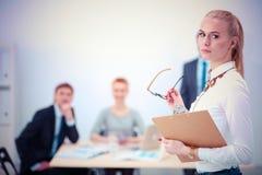 Portret młoda kobieta pracuje przy biurową pozycją z falcówką Portret młoda kobieta kobieta jednostek gospodarczych Obraz Stock