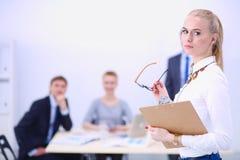Portret młoda kobieta pracuje przy biurową pozycją z falcówką Portret młoda kobieta kobieta jednostek gospodarczych Zdjęcie Stock