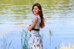 Portret młoda kobieta przy jeziorem Fotografia Royalty Free