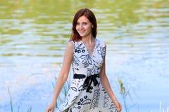 Portret młoda kobieta przy jeziorem Obrazy Stock