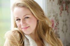 Portret młoda kobieta siedzi indoors Zdjęcia Stock