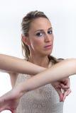 Portret młoda kobieta taniec z rękami podnosić Fotografia Stock