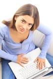 Portret młoda kobieta używa laptop w domu Zdjęcia Stock