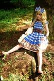 Portret młoda kobieta ubierał jako lala, blisko drzewa Obrazy Stock