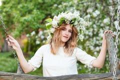 Portret młoda kobieta w lilym wianku obraz stock