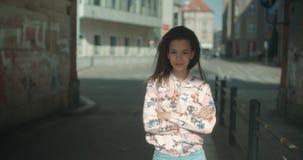 Portret młoda kobieta w miasto ulicach zdjęcie wideo