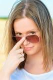 Portret młoda kobieta w okularach przeciwsłonecznych Zdjęcia Royalty Free