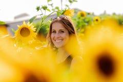 Portret młoda kobieta w słonecznikowym polu obraz stock
