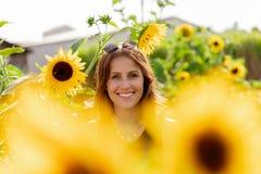 Portret młoda kobieta w słonecznikowym polu zdjęcia stock