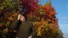 Portret młoda kobieta w trykotowym pulowerze na tle stubarwny ulistnienie zbiory