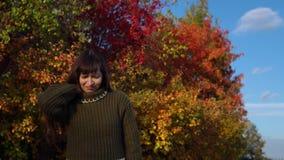 Portret młoda kobieta w trykotowym pulowerze na tle stubarwny ulistnienie zbiory wideo