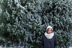 Portret młoda kobieta w zima lesie blisko świerczyny obraz stock