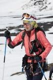 Portret młoda kobieta wyposażający narciarski alpinista Fotografia Stock