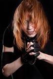 Portret młoda kobieta z bieżącym włosy przykuwać rękami i zdjęcia royalty free