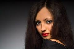 Portret młoda kobieta z długie włosy Zdjęcia Stock