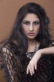 Portret młoda kobieta z kędzierzawym, upaćkanym włosy/ Fotografia Stock