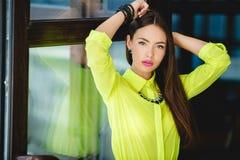 Portret młoda kobieta z plciowym spojrzeniem zdjęcie stock