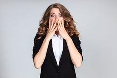 Portret młoda kobieta z szokującym wyrazem twarzy Fotografia Royalty Free
