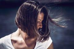 Portret młoda kobieta z upaćkanym włosy Zdjęcia Royalty Free