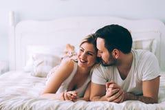 Portret młoda kochająca para w sypialni Zdjęcia Royalty Free