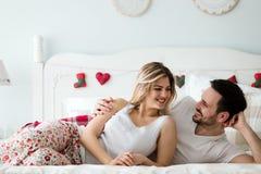 Portret młoda kochająca para w sypialni Obraz Stock