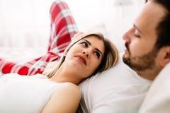 Portret młoda kochająca para w sypialni obraz royalty free