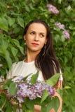 Portret młoda marzycielska kobieta w białym roczniku dział suknię w lilych krzakach Zdjęcia Royalty Free