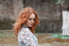 Portret młoda miedzianowłosa kędzierzawa dziewczyna z piegami zdjęcie stock