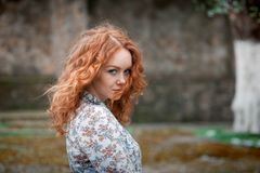 Portret młoda miedzianowłosa kędzierzawa dziewczyna z piegami zdjęcia stock