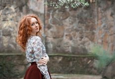Portret młoda miedzianowłosa kędzierzawa dziewczyna z piegami fotografia royalty free