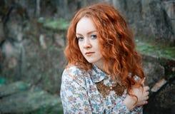 Portret młoda miedzianowłosa kędzierzawa dziewczyna z piegami w rocznik kolii obraz stock