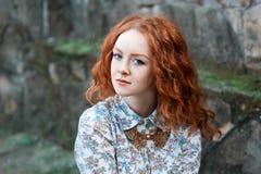 Portret młoda miedzianowłosa kędzierzawa dziewczyna z piegami w rocznik kolii fotografia royalty free