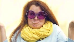 Portret młoda miedzianowłosa kobieta z piegami, wyraża niespodziankę, rozczarowanie, oburzenie oburzenie zakończenie zdjęcie wideo