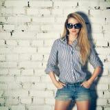 Portret Młoda modniś kobieta przy ściana z cegieł obrazy royalty free