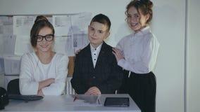 Portret młoda nastolatka ` s biznesu drużyna w biurze 4K zdjęcie wideo