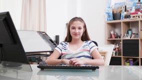 Portret młoda nastoletnia dziewczyna ono uśmiecha się kamera