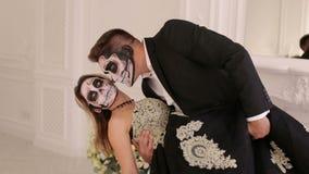 Portret młoda para w Halloweenowej masce w pięknym wnętrzu zdjęcie wideo