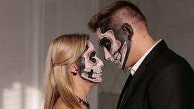 Portret młoda para w Halloweenowej masce Zakończenie zbiory wideo
